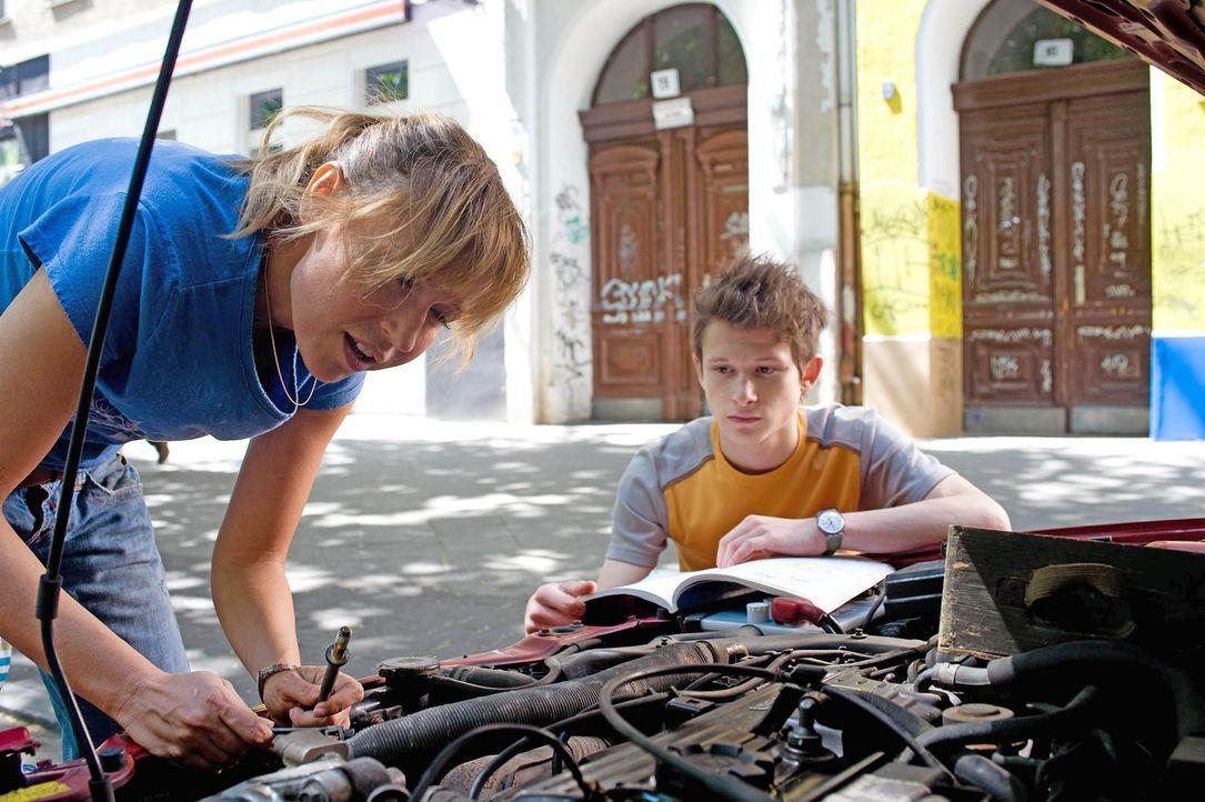 Ellen (Anica Dobra, l.) versucht einen Keilriemen auszutauschen. Franz (Joel Basman, r.) sieht seine Mutter eigentlich eher selten. Nach der Scheidu... - Bildquelle: Sat.1