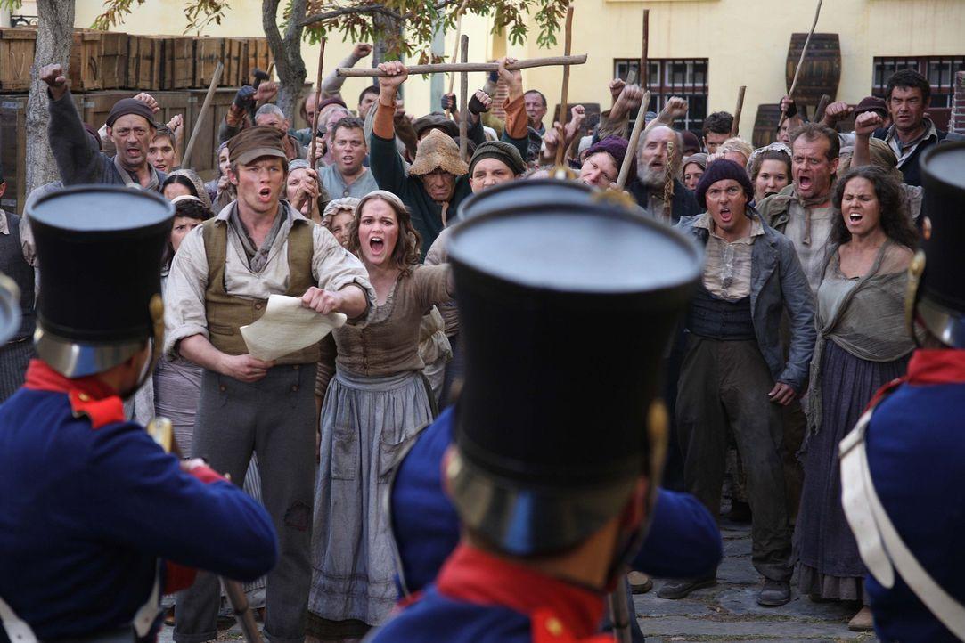 Preußisches Königreich, 1844: Eine Gruppe ärmlicher Weber wagt den Aufstand. Angeführt werden sie von Mila (Emilia Schüle, vorne r.) und ihrem... - Bildquelle: Boris Guderjahn SAT.1