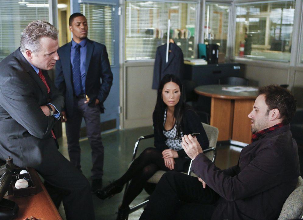 Gemeinsam ermitteln sie in einem neuen Mordfall: Sherlock Holmes (Jonny Lee Miller, r.), Joan Watson (Lucy Liu, 2.v.r.), Tobias Gregson (Aidan Quinn... - Bildquelle: CBS Television