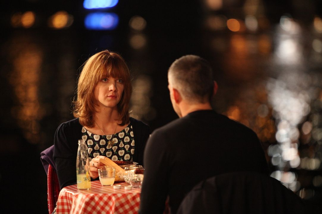 Ein romantisches Dinner? Chloé (Odile Vuillemin, l.) und Rocher (Philippe Bas, r.) ... - Bildquelle: Xavier Cantat 2011 BEAUBOURG AUDIOVISUEL