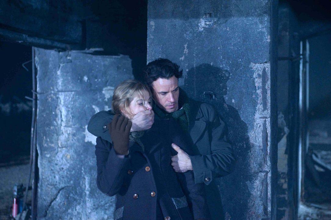 Auf der Flucht vor einer Patrouille bekommt Widerstandskämpferin Ellen (Yvonne Catterfeld, l.) unerwartet Hilfe. Aus den Katakomben der zerstörten S... - Bildquelle: SAT.1