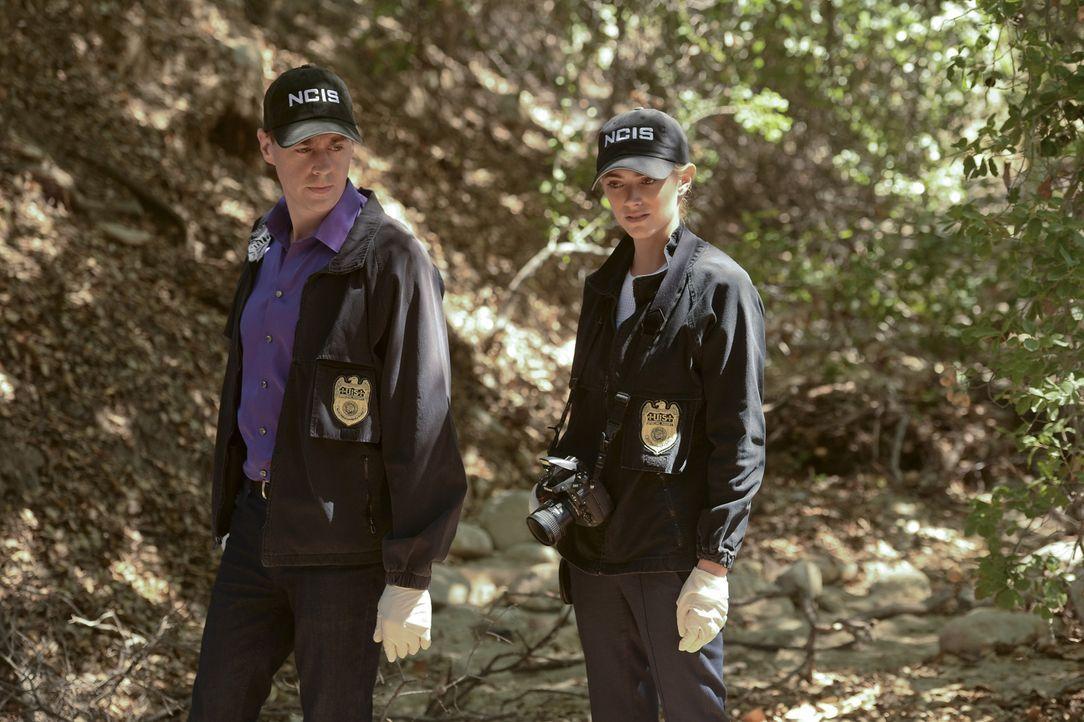 Als ein Militärpolizist ermordet aufgefunden wird, müssen McGee (Sean Murray, l.) und Bishop (Emily Wickersham, r.) undercover als Ehepaar ermitteln... - Bildquelle: Darren Michaels CBS Television