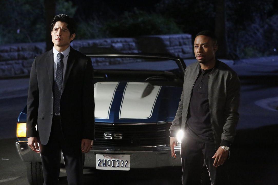 Als bei einem Banküberfall eine erhebliche Summe Geld erbeutet wird, beginnen Lee (Jon Foo, l.) und Carter (Justin Hires, r.) mit den Ermittlungen u... - Bildquelle: Warner Brothers