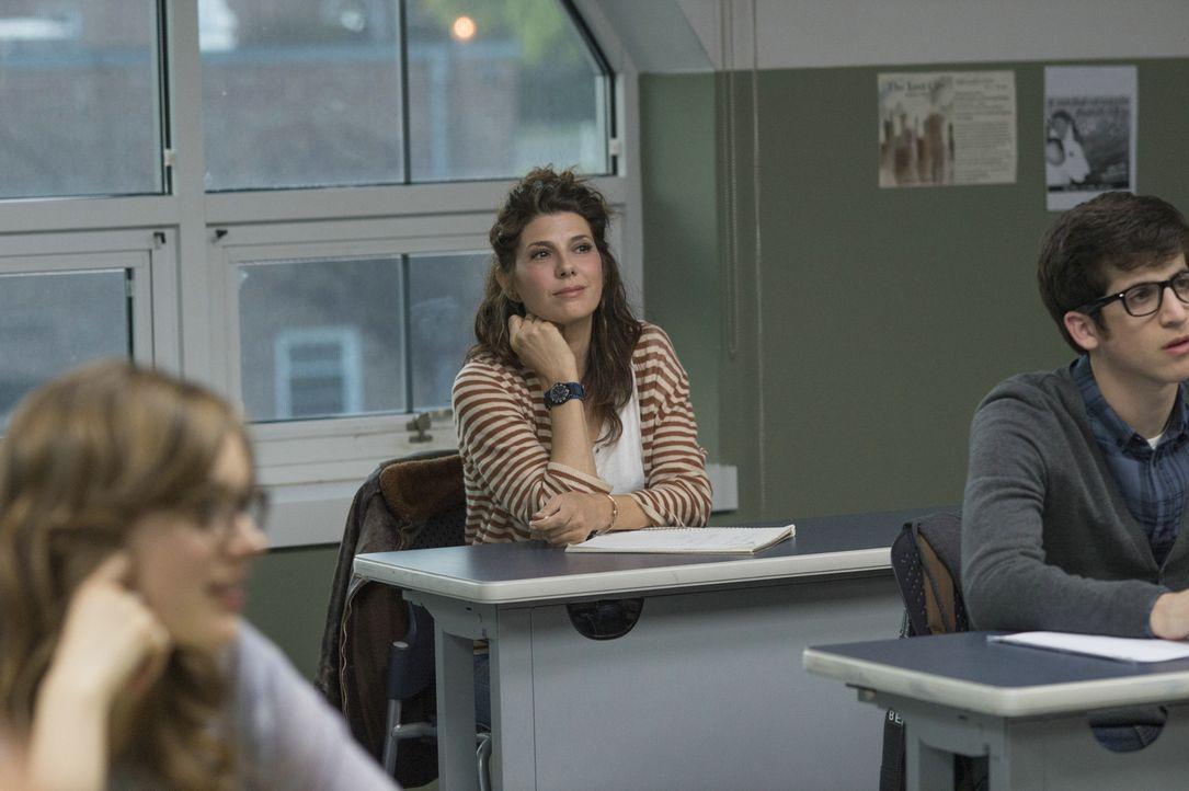 Die selbstbewusste Holly (Marisa Tomei, M.) bringt neue Impulse in das eintönige Leben von Drehbuchautor Keith Michaels ... - Bildquelle: 2014 Constantin Film Verleih GmbH/Anne Joyce.