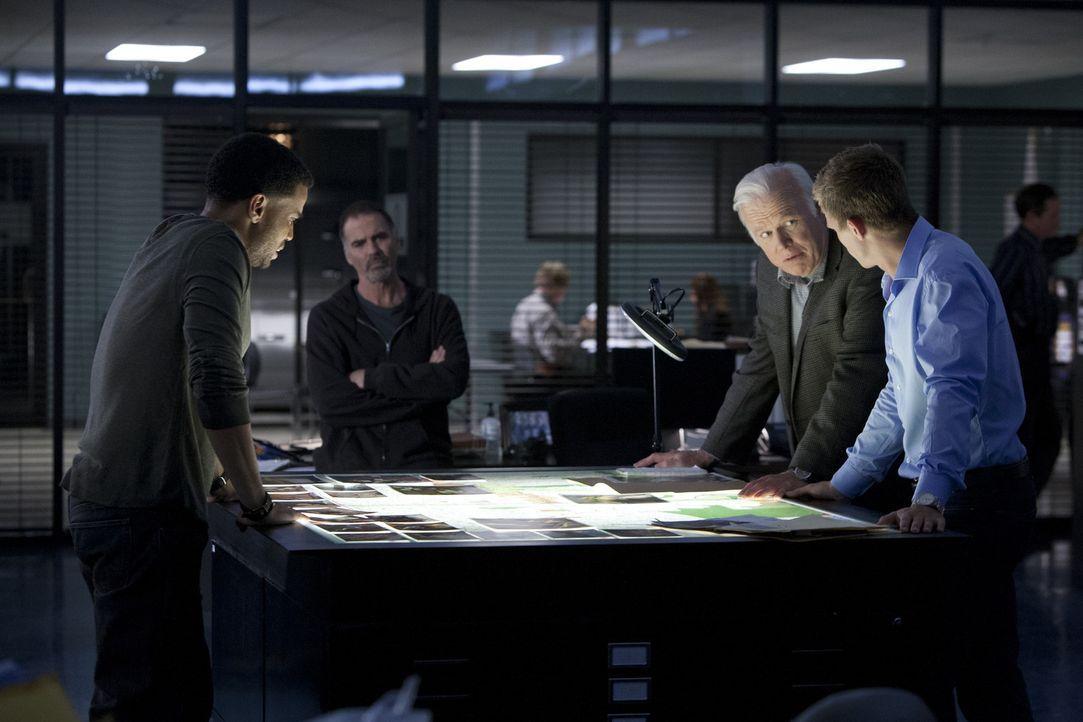 Bei der Zusammenarbeit mit ihren Mentoren Fred (Kevin Tighe, 2.v.r.) und Dan (Jeff Fahey, 2.v.l.), werden Travis (Michael Ealy, l.) und Wes (Warren... - Bildquelle: USA Network