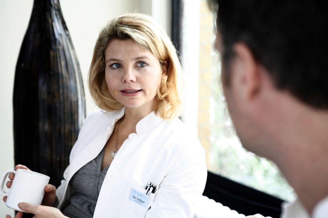 """""""Gleich hagelt es Idioten"""": Rosenmontag ist einer der Horrortage im Leben der quirligen Stationsärztin Sarah Sellner (Annette Frier). Ausgerechnet... - Bildquelle: Volker Roloff SAT.1"""