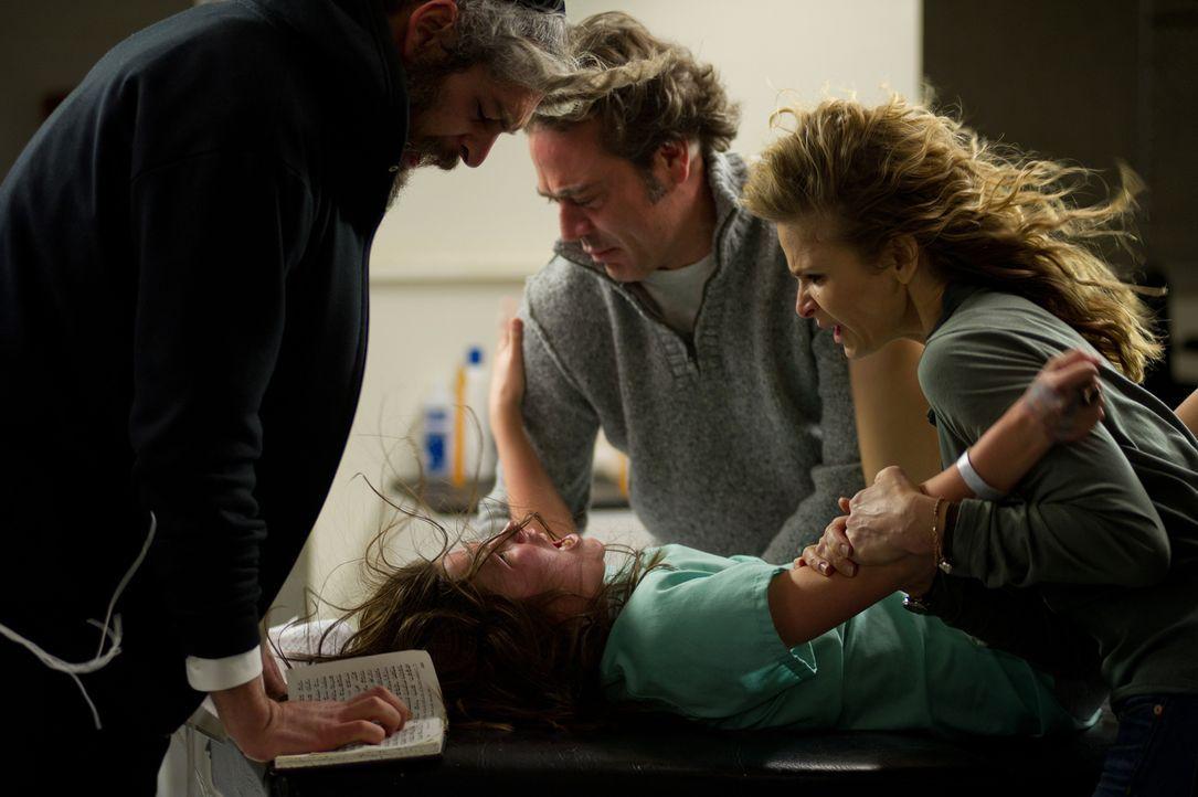 Ihre Eltern Clyde (Jeffrey Dean Morgan, M.) und Stephanie Brenck (Kyra Sedgwick, r.) und Rabbi Tzadok (Matisyahu, l.) versuchen alles, um den unheil... - Bildquelle: Diyah Pera Box Productions, LLC 2011