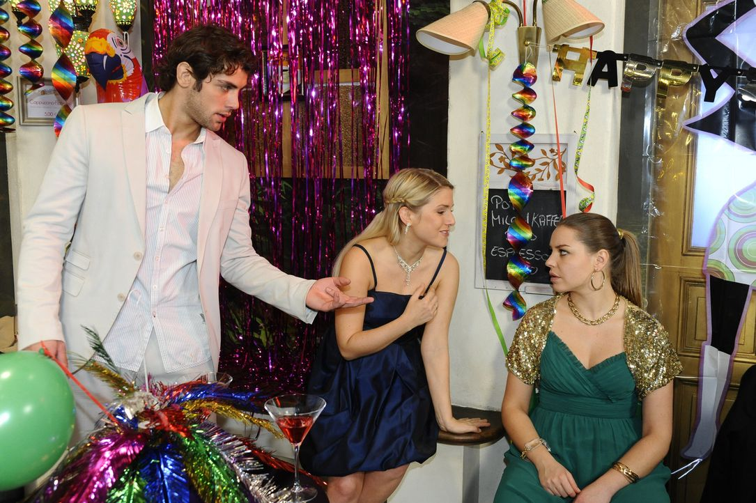 Im Gegensatz zu Katja (Karolina Lodyga, r.) ist die Silvesterparty für Jonas (Roy Peter Link, l.) und Anna (Jeanette Biedermann, M.) ein voller Erf... - Bildquelle: SAT.1