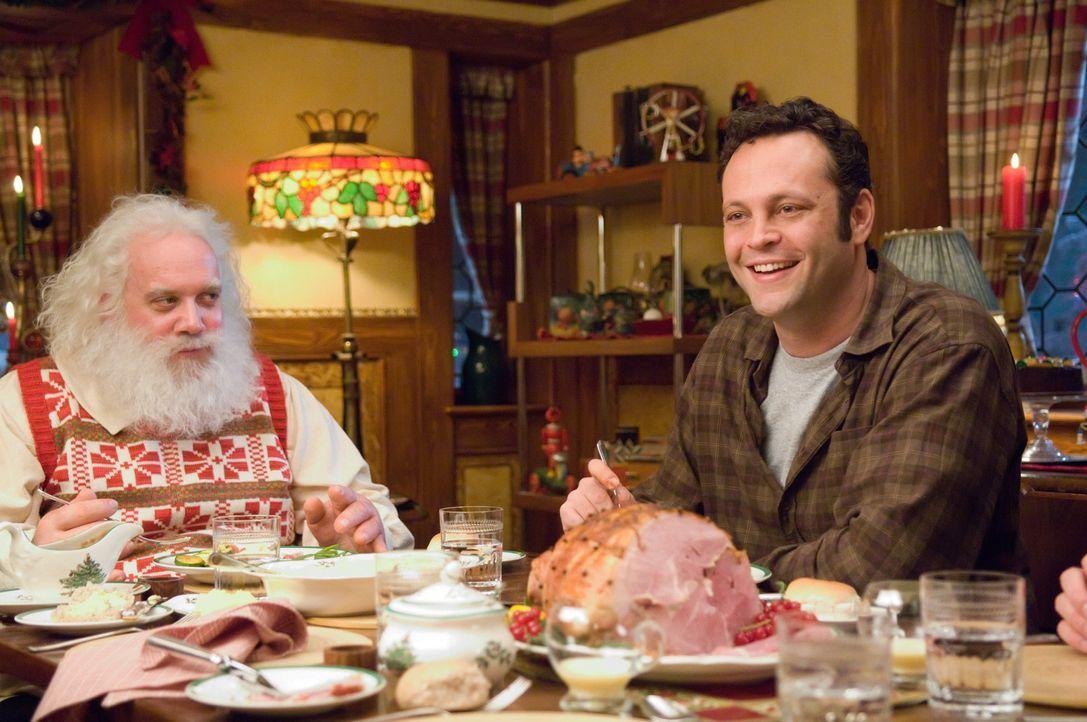 Die Gebrüder Weihnachtmann: Claus (Vince Vaughn, r.) und Nicholas (Paul Giamatti, l.) ... - Bildquelle: Warner Brothers