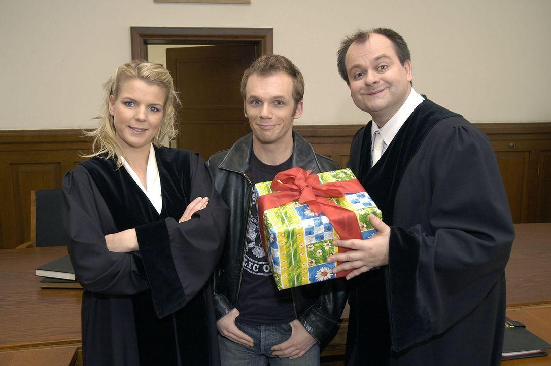 """Mit den """"DREISTEN DREI"""", v.l.n.r.: Mirja Boes, Ralf Schmitz und Markus Majowski, gibt es selbst im Gerichtssaal noch heitere Momente ... - Bildquelle: S. Oliver Sat.1"""