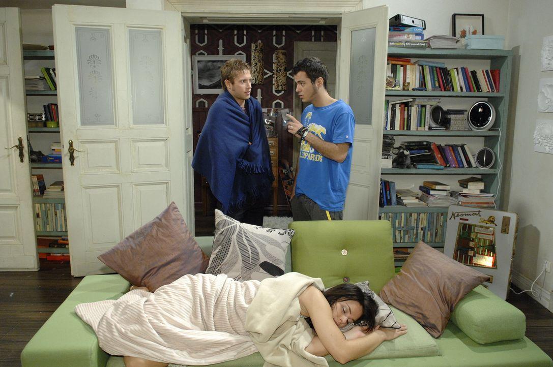 (v.l.n.r.) Jojo (Bernhard Bozian) erzählt stolz Paloma (Maja Maneiro) und Maik (Sebastian Koenig) von seiner Rettungsaktion, bei der er seine Phobi... - Bildquelle: Sat.1