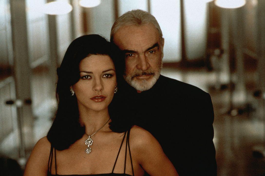 Versuchen sich gegenseitig auszutricksen: die attraktive Versicherungsagentin Gin Baker (Catherine Zeta-Jones, l.) und der smarter Meisterdieb Mac (... - Bildquelle: 20th Century Fox.