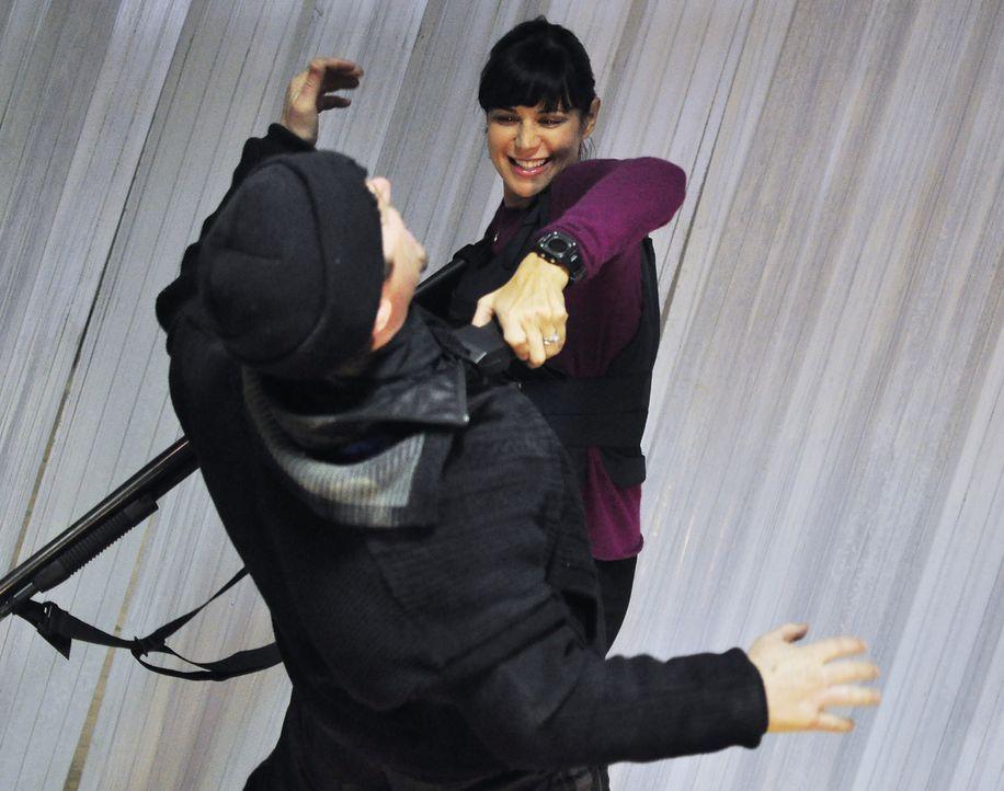 Hat durchaus Spaß daran, den Elektroschocker einzusetzen bei einem der Entführer ihres Mannes: Abby (Catherine Bell, r.) ... - Bildquelle: 2011 Sony Pictures Television Inc. All Rights Reserved.