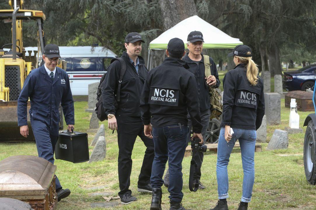 Nachdem die Leiche eines vermissten Navy-Lieutenants auf einem Friedhof gefunden wurde, nimmt das NCIS-Team (v.l.n.r. Brian Dietzen, Sean Murray, Ma... - Bildquelle: Patrick McElhenney 2017 CBS Broadcasting, Inc. All Rights Reserved.