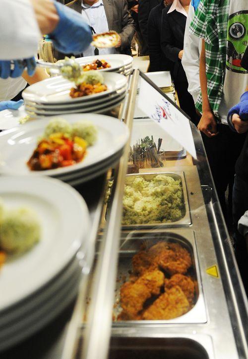 Essensausgabe in einer Schulkantine - Bildquelle: dpa
