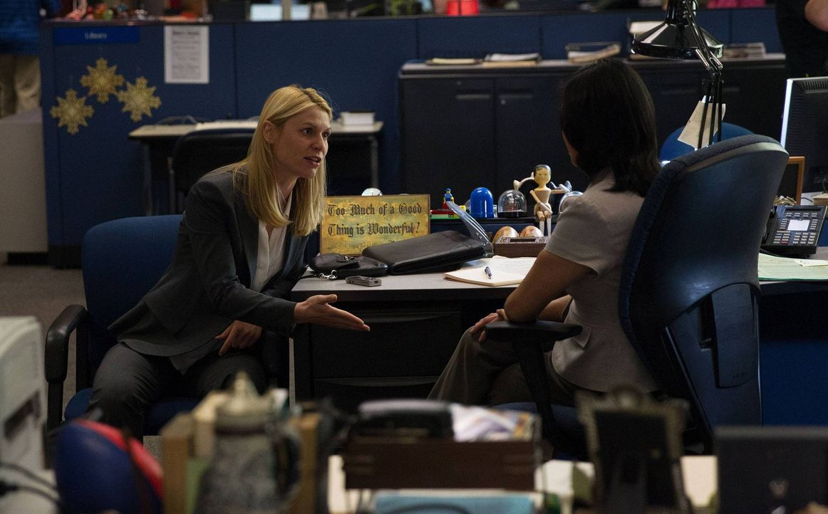 Carrie (Claire Danes, l.) will einer Journalistin (Fiona Choi, r.) die Wahrheit über die Beziehung Brodys zur Behörde erzählen, doch Saul weiß dies... - Bildquelle: 2013 Twentieth Century Fox Film Corporation. All rights reserved.