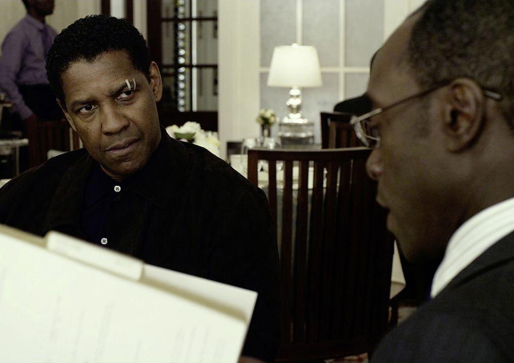 """Whip (Denzel Washington, l.) ist fassungslos, als sein Anwalt Hugh Lang (Don Cheadle, r.) ihn damit konfrontiert, dass das Urteil """"lebenslänglich"""" d... - Bildquelle: Robert Zuckerman 2012 PARAMOUNT PICTURES. ALL RIGHTS RESERVED. / Robert Zuckerman"""