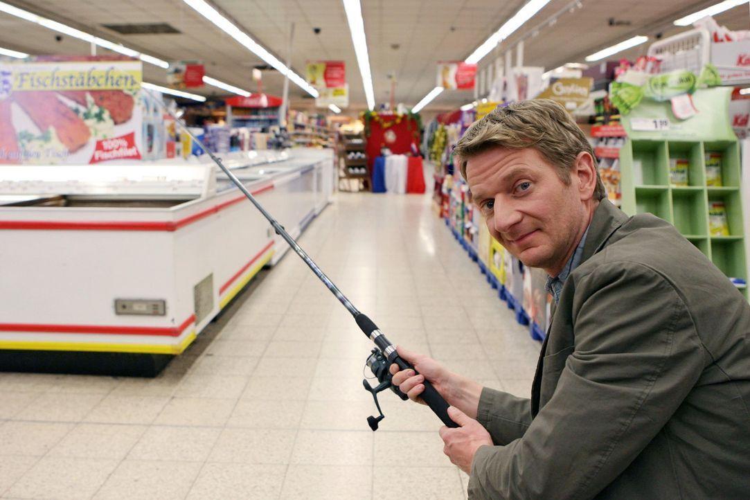 Worauf sollte man im Supermarkt eher verzichten? Er (Michael Kessler) zumindest würde ohne Angel besser da stehen ... - Bildquelle: Sat.1