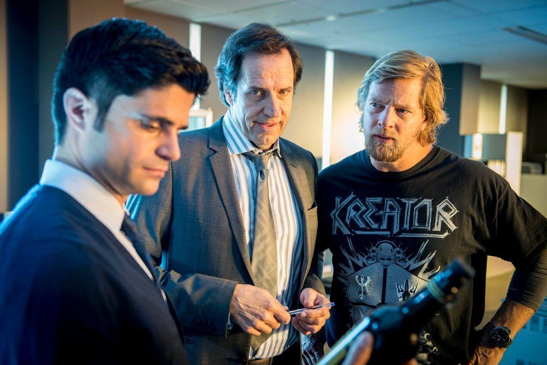 Müssen einen neuen Fall lösen: Mick (Henning Baum, r.), Andreas (Maximilian Grill, l.) und Martin Ferchert (Helmfried von Lüttichau, M.) ... - Bildquelle: Martin Rottenkolber SAT. 1