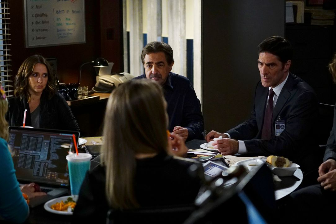 In Maryland wurden mehrere Social-Media-Persönlichkeiten tot aufgefunden. Hotch (Thomas Gibson, r.), Rossi (Joe Mantegna, 2.v.r.), JJ (AJ Cook, 2.v.... - Bildquelle: Richard Cartwright ABC Studios