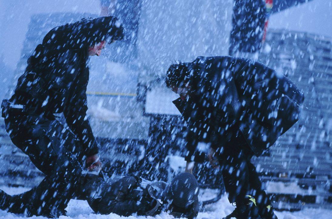 Eine obskure Opferung? Ein Hinrichtungsritual? Die Tat eines Irren? Die beiden Polizisten Max Kerkerian (Vincent Cassel, r.) und Pierre Nièmans (Je... - Bildquelle: TOBIS STUDIO CANAL GMBH&CO.KG