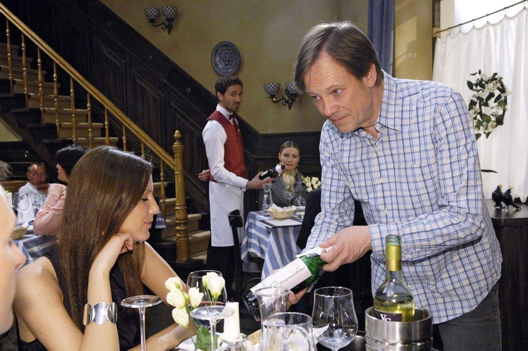 Armins Strategiewechsel beim Weinverkauf zahlt sich aus. v.l.n.r.: Georg Sander (Peter Günther), Armin (Rainer Will). - Bildquelle: Sat.1