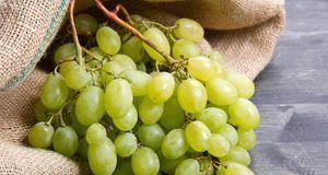 Aus grünen Weintrauben können Sie eine feuchtigkeitsspendende Gesichtsmaske s...