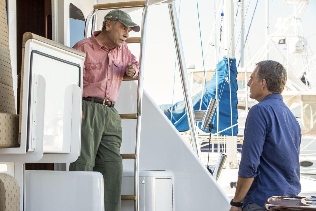 Als bei einem Einbrecher ein Revolver gefunden wird, der einem vor 40 Jahren verstorbenen Stabsbootsmann gehört hatte, rollen Pride (Scott Bakula, r... - Bildquelle: 2014 CBS Broadcasting Inc. All Rights Reserved.