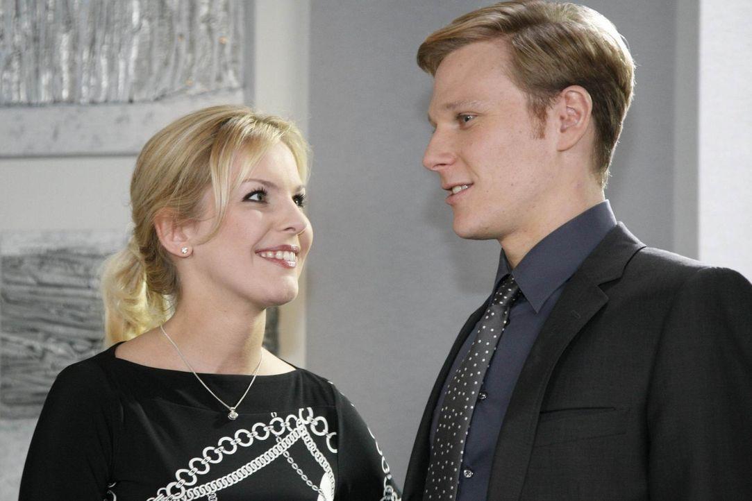 Aus Einsamkeit hat sich Alexandra (Ivonne Schönherr, l.) Philip (Philipp Romann, r.) an den Hals geworfen, der die Situation zutiefst genießt - au... - Bildquelle: SAT.1
