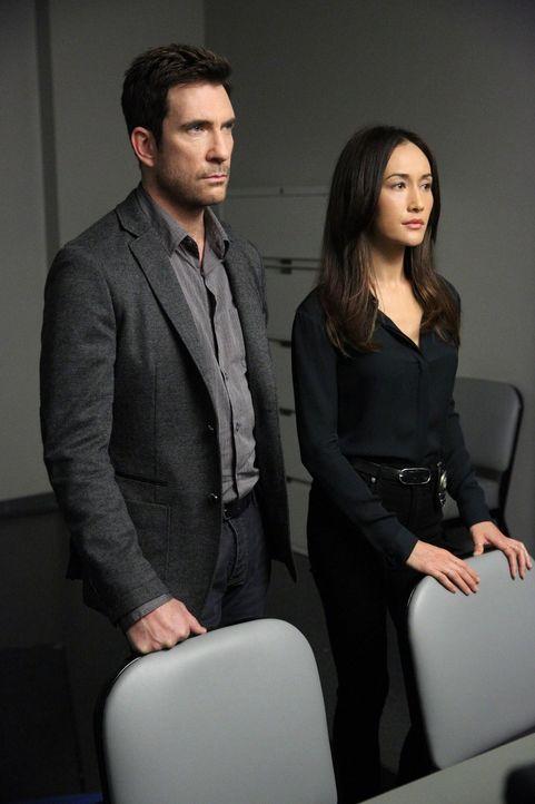 Nachdem jemand in das Haus eines populären Nachrichtensprechers eingebrochen ist, beginnen Jack (Dylan McDermott, l.) und Beth (Maggie Q, r.) mit de... - Bildquelle: Warner Bros. Entertainment, Inc.