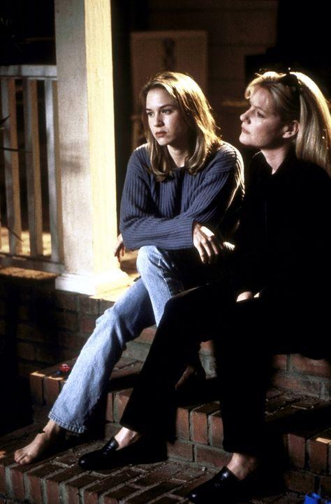 Dorothy (Renée Zellweger, l.) und Laurel (Bonnie Hunt, r.) machen sich große Sorgen um den Fortbestand von Jerrys neuer Agentur ... - Bildquelle: TriStar Pictures
