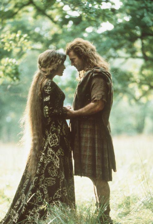 Zwischen Prinzessin Isabelle (Sophie Marceau, l.) und William Wallace (Mel Gibson, r.) entwickelt sich eine zärtliche Romanze ... - Bildquelle: Paramount Pictures