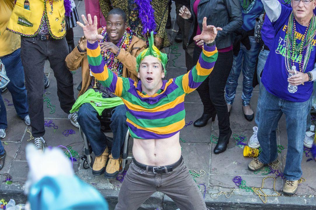 Können selbst noch etwas Karneval feiern: Patton (Daryl Mitchell, l.) und Lasalle (Lucas Black, r.) ... - Bildquelle: 2015 CBS Broadcasting, Inc. All Rights Reserved