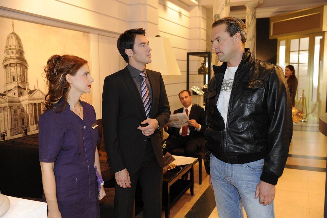 Manu (Marie Zielcke, l.) braust auf, als Ralf (Christian Kahrmann, r.) ihr eröffnet, das ER bestimmt, wann sie Daniel sieht und wann nicht. Mark (A... - Bildquelle: SAT.1