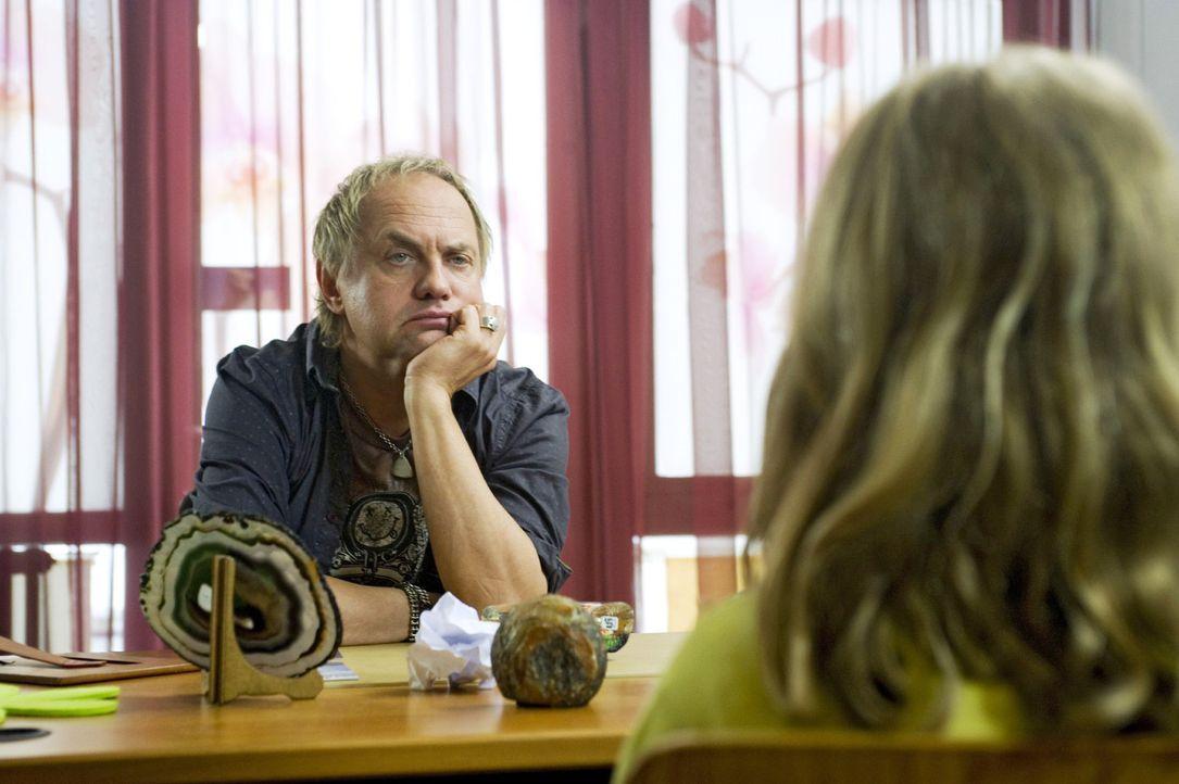 Carlo (Uwe Ochsenknecht) hört sich sichtlich genervt die Sorgen seiner Schüler und Schülerinnen an ... - Bildquelle: Sat.1