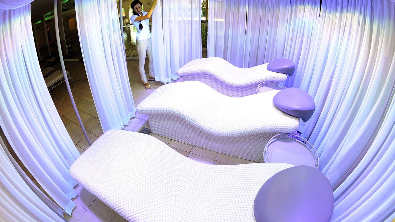 Luxushotel-Dwor-Oliwski-danzig-spa-entspannungsliegen-11-09-06-dpa - Bildquelle: dpa