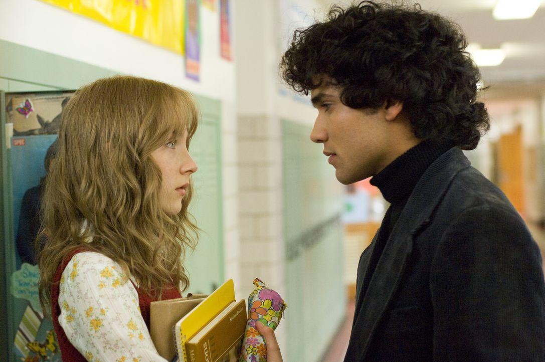 Ausgerechnet an dem Tag, an dem ihr großer Schwarm Ray (Reece Ritchie, r.) endlich um ein Date gebeten hat, wird Susie Salmon (Saoirse Ronan, l.) vo... - Bildquelle: 2009 DW Studios L.L.C. All Rights Reserved.