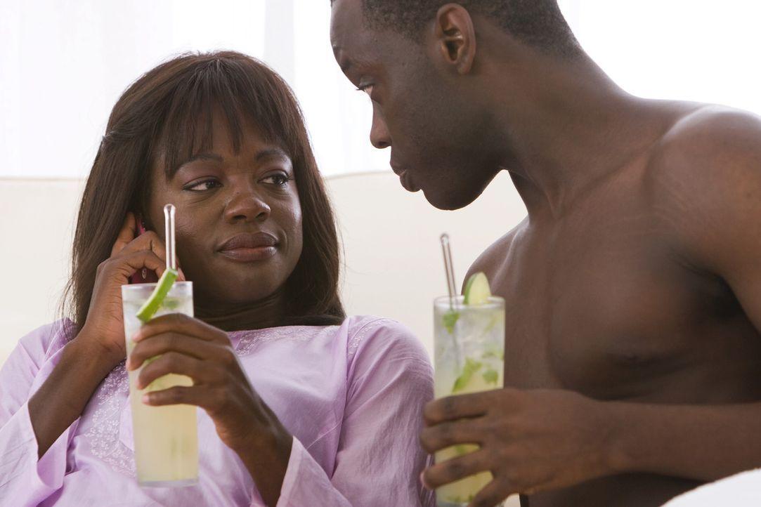 Weil Jean (Viola Davis, l.) ein Wochenende mit ihrem Lover (Ato Essandoh, r.) verbringen möchte, und Adrienne bittet, auf ihre Pension zu achten, ve... - Bildquelle: Warner Bros.