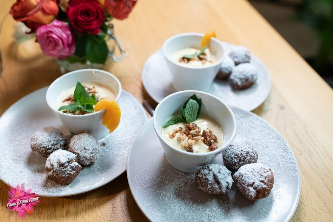 Kokosbällchen mit Frucht-Crème - Bildquelle: Stefanie Chareonbood