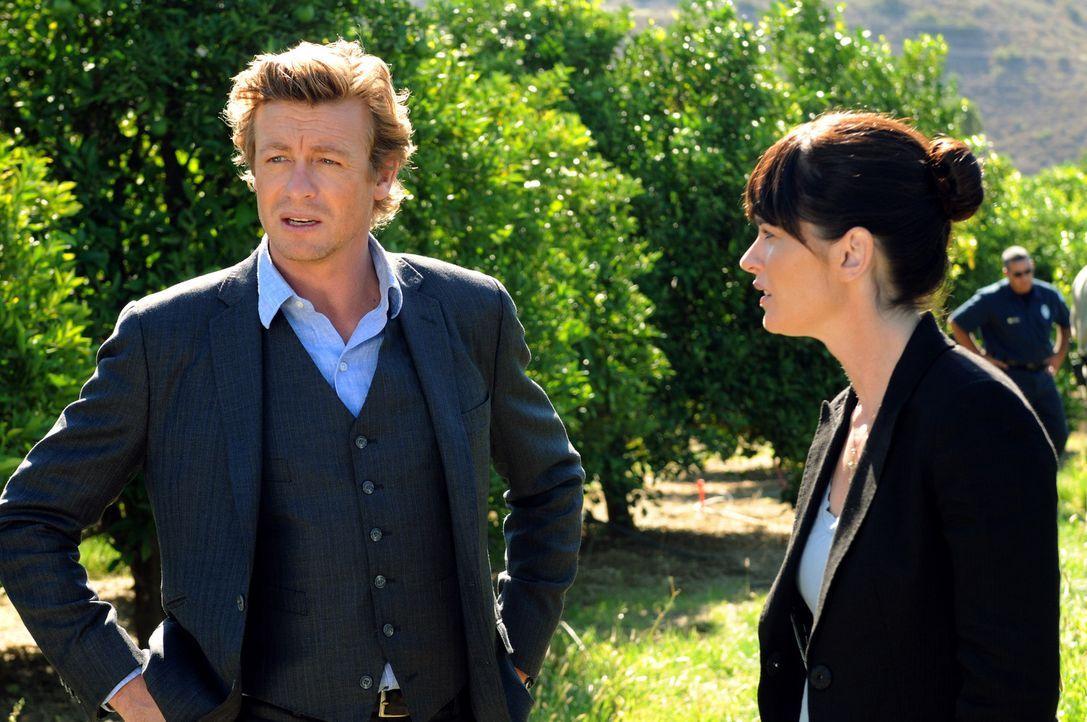 In einer Obstplantage werden die Leichen gefunden: Teresa (Robin Tunney, r.) und Patrick (Simon Baker, l.) beginnen mit den Ermittlungen ... - Bildquelle: Warner Bros. Television