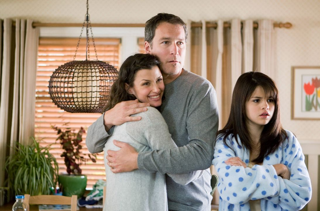 Ramona und Beezus (Selena Gomez, r.) befürchten, dass die Harmonie zwischen ihren Eltern Robert (John Corbett, M.) und Dorothy (Bridget Moynahan, l... - Bildquelle: Alan Markfield TM and   2010 Twentieth Century Fox and Walden Media, LLC. All rights reserved. Not for sale or duplication