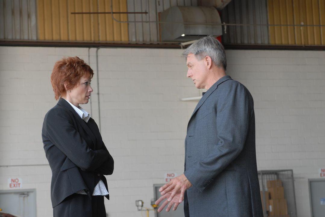 Durch Gibbs (Mark Harmon, r.) mutigen Einsatz, konnte und Direktorin Jenny Shepard (Lauren Holly, l.) aus den Fängen des Entführers befreit werden... - Bildquelle: CBS Television
