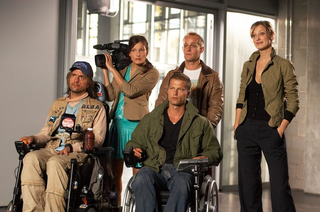 Regisseurin Denise (Alexandra Maria Lara, r.) und Kamerafrau Vicky (Tanja Wenzel, 2.v.l.) planen, das Leben aus der Behindertenperspektive zu filmen... - Bildquelle: Senator Film