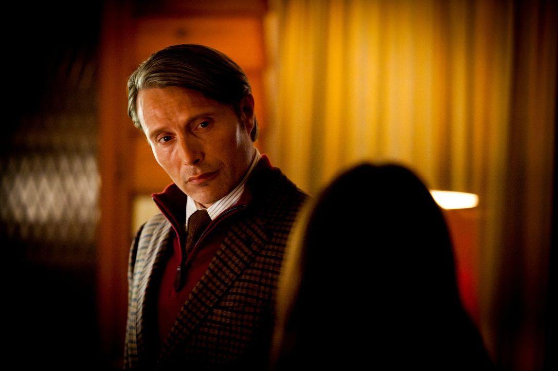 Dr. Hannibal Lecter (Mads Mikkelsen, l.) macht Abigail (Kacey Rohl, r.) ein Angebot, das sie nicht ablehnen kann ... - Bildquelle: Brooke Palmer 2012 NBC Universal Media, LLC