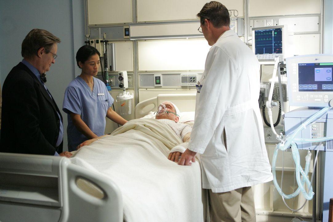 Obwohl Gibbs (Mark Harmon, liegend) seine Gedächtnis noch nicht wiedererlangt hat, macht seine Genesung Fortschritte. Ducky (Davis McCallum, l.), Sc... - Bildquelle: CBS Television