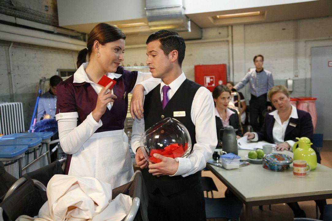 Chris (Sophia Thomalla, l.) tut Bilge (Olgu Caglar, vorne r.) den Gefallen und kauft ihm ein Los für die Tombola ab ... - Bildquelle: SAT.1