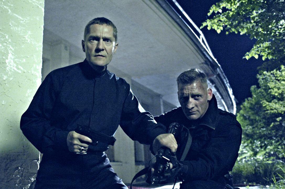Brenner (Udo Schenk, l.) hält seinen Kollegen zurück: Er braucht Dennis lebend ... - Bildquelle: Gordon Mühle ProSieben