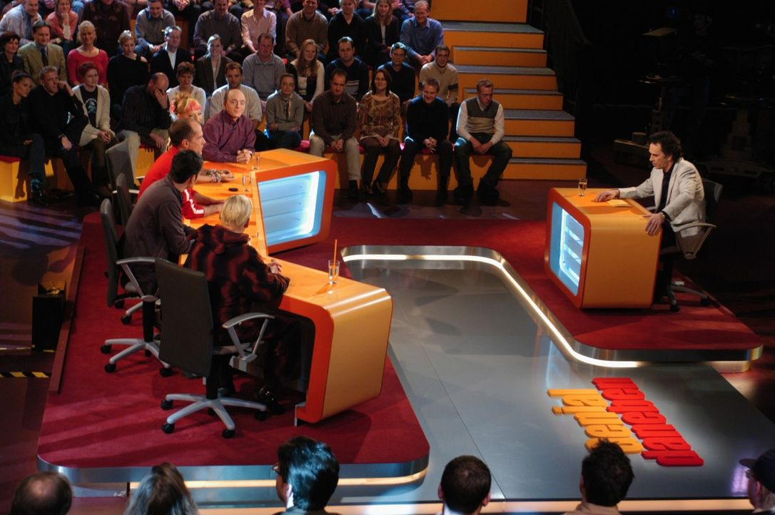 Wird eine Frage von den Comedians nicht richtig beantwortet, erhält der Einsender 500 Euro. - Bildquelle: Sat.1