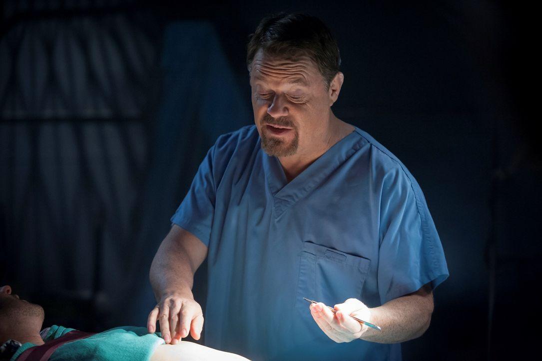 Der Transplantationschirurg Dr. Abel Gideon (Eddie Izzard) ist wieder auf freiem Fuß und will der Welt beweisen, dass er der Chesapeake Ripper ist... - Bildquelle: Brooke Palmer 2013 NBCUniversal Media, LLC