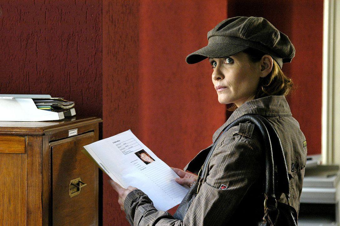 Maren (Anja Kling) stellt eigene Nachforschungen an und entwendet dabei die Akte eines ehemaligen Schülers. - Bildquelle: Oliver Feist Sat.1